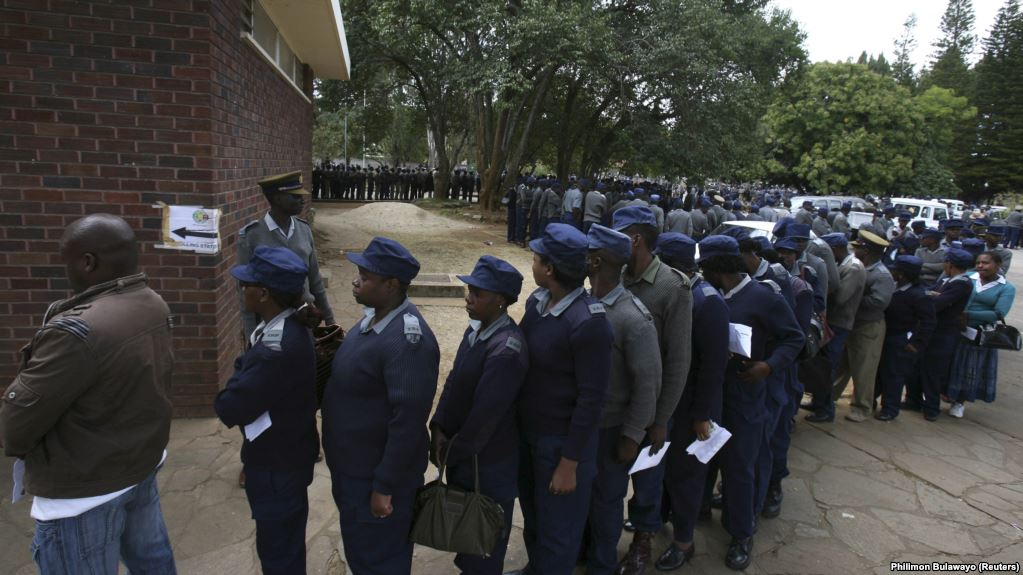 ILE: Zimbabwean police queue to vote in the capital Harare July 15, 2013. Zimbabwe's members of the uniformed forces are casting special votes in the general elections, which will take place across the country on July 31. REUTERS/Philimon Bulawayo (ZIMBABWE)